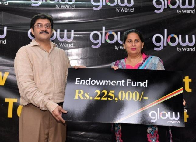 http://phoneworld.com.pk/wp-content/uploads/2014/05/Mr-Amer-Aman-Head-of-Sales-Warid-Telecom-while-giving-away-prize.jpg